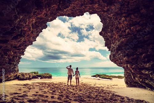 Fotografia  A loving couple enjoying the breathtaking views of the tropical sandy beach and