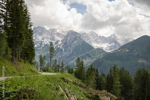 Foto  scenic empty road mountain pass in julian alps, slovenia