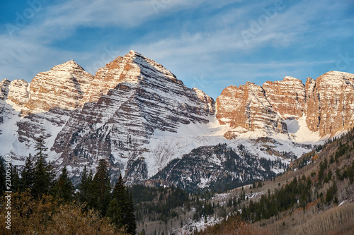 Spoed Foto op Canvas Verenigde Staten Maroon Bells mountains in snow at sunrise