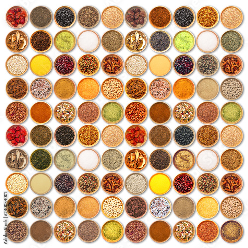 spezie ed ingredienti aromatici collage su fondo bianco