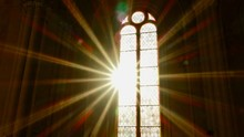 Sonnenstrahlen Scheinen Durch Ein Altes Kirchenfenster