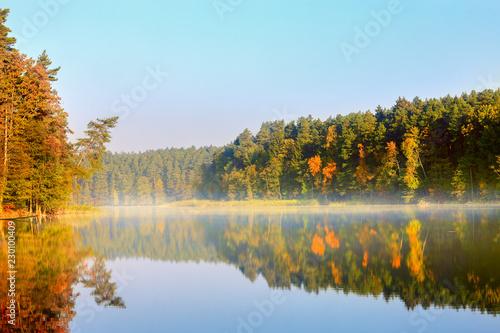 jesienny poranek nad jeziorem Pluszne