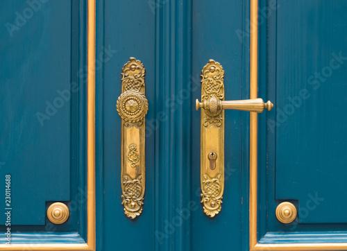 Photo sur Aluminium Con. ancienne antique ornate gold door handle