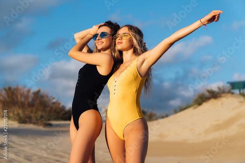 DELLA: Two sexy blondes