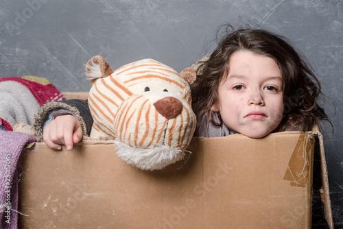 Fotografía  Unhappy girl in box