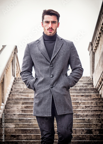 Photo Handsome bearded young man outdoor in winter fashion, wearing black turtleneck s