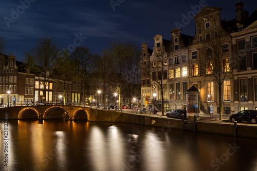 Photo  Nachtaufnahme der Ecke Herengracht und Leidsegracht in Amsterdam, Niederlande im Frühling