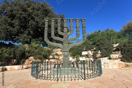 Spoed Foto op Canvas Historisch mon. Sculpture of the Knessets Menorah in Jerusalem