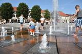 Fototapeta Miasto - zabawa dziecka w fontannie