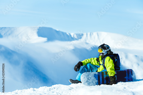 In de dag Ontspanning Snowboarder relaxing in the mountains
