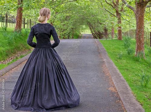 Victorian woman in black ensemble outdoors Tableau sur Toile