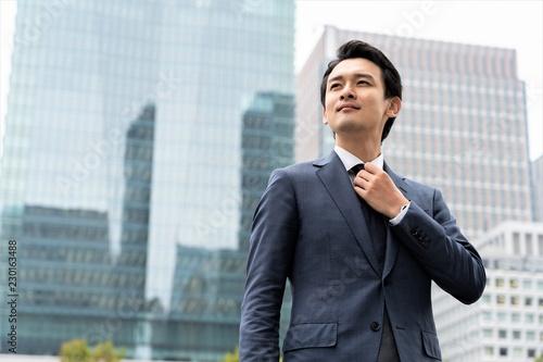 Fotografie, Obraz ネクタイを結ぶビジネスマン