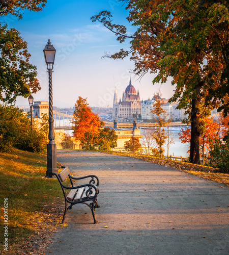 Photo  Budapest, Hungary - Romantic sunrise scene at Buda district with bench, lamp pos