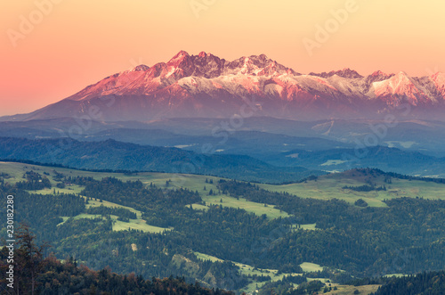Montage in der Fensternische Gebirge Tatra mountains panorama, autumn sunrise, Poland