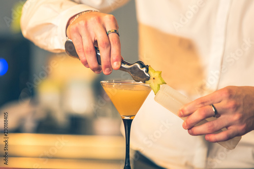 Tuinposter Cocktail Barman preparing a cocktail