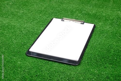 Tabla o block de notas en la hierba artificial