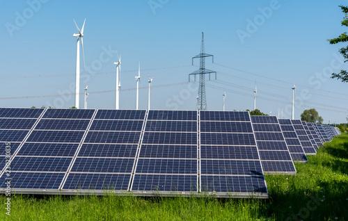 Zdjęcie XXL Turbiny wiatrowe, słupy wysokiego napięcia i panele słoneczne widziane w Niemczech