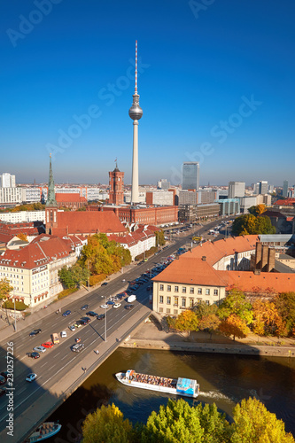 Photo sur Toile Europe Centrale Smog over Berlin downtown on a bright day in Autumn, an aerial view