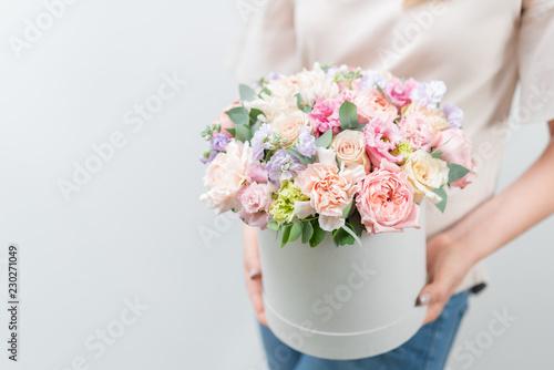 Cuadros en Lienzo Beautiful spring bouquet in round box