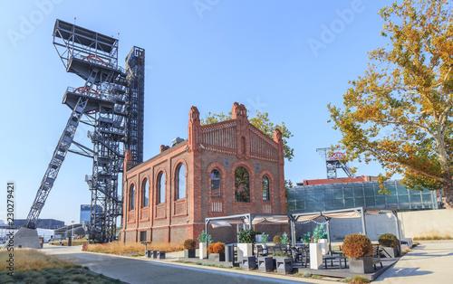 Obraz Stary szyb i kompleks budynków położonych na terenie dawnej Kopalni Węgla Kamiennego w Katowicach - fototapety do salonu