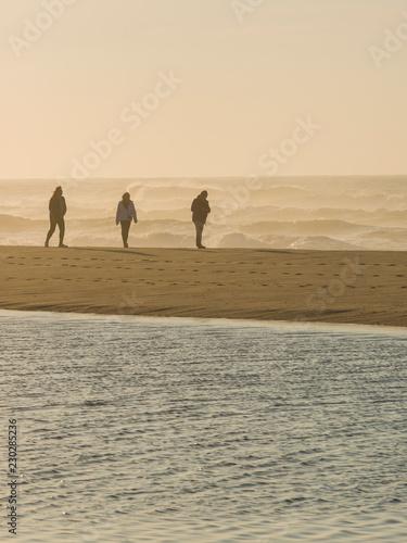 Fotografija  Strandstimmung mit Personen am Atlantik, Portugal