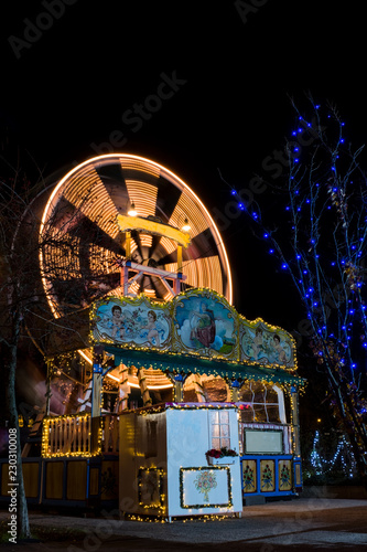 Papiers peints Attraction parc Old spinning ferris wheel on childrens christmas fair in Graz