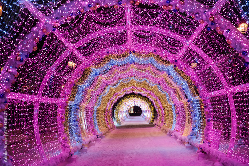 Lekki świecący kolorowy tunel na ulicy w Moskwie, Nowy Rok i świąteczne ozdoby miasta