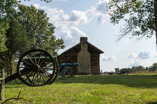 Fotografia Cannons and Cabin at Chickamauga and Chattanooga National Military Park