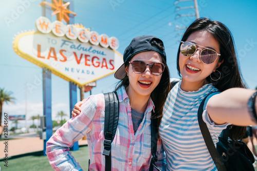 Papiers peints Las Vegas two best friend taking selfie in America