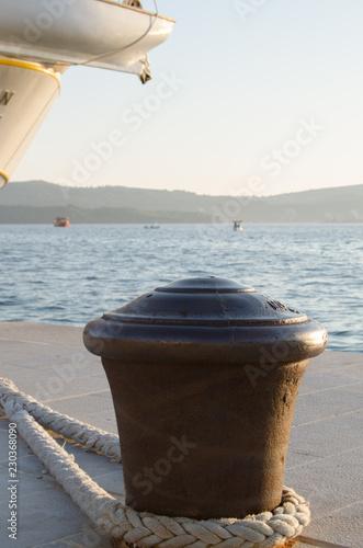 Fotografía  Large metal bollard in the port for mooring ships, yachts and sailing ships