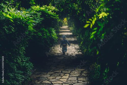 Valokuva  Junge rennt weg