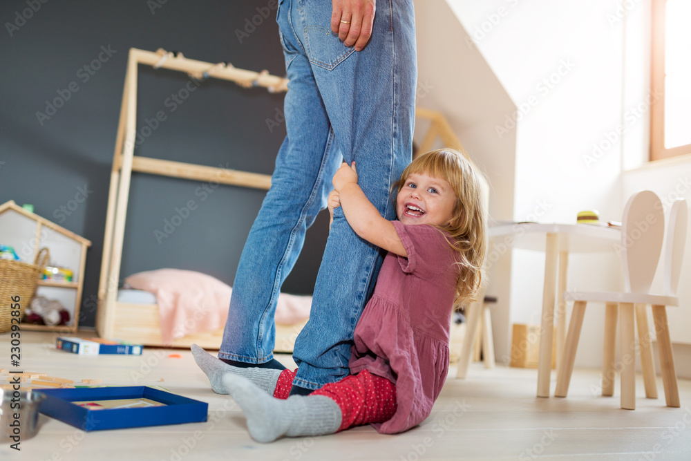 Fototapety, obrazy: Little girl clutching father's legs