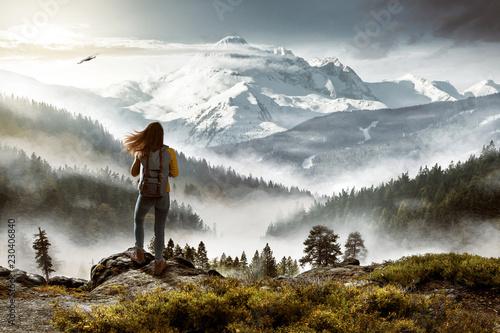 Fotobehang Wit Wanderin vor malerischer Landschaft