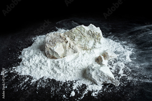 Foto Quicklime and slaked lime powder