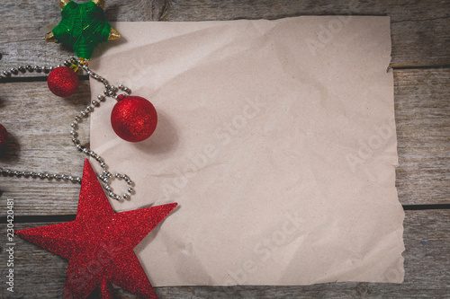 Fotografía  merry christmas concept with red decoration on wooden board
