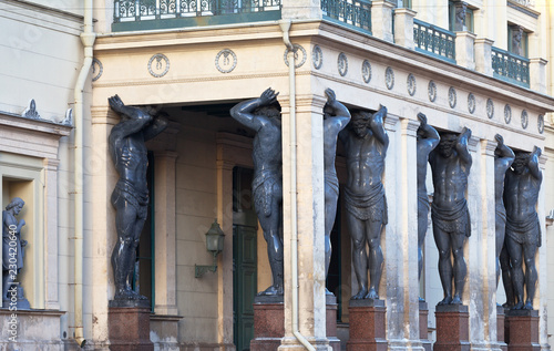 Photo Famous architectural landmark of Saint Petersburg is the Portico of the New Herm