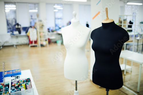 Fotografía  Black and white mannequins placed in spacious fashion studio: threads in contain