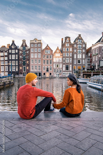 Photo  Amsterdam Damrak during sunset, happy couple man and woman on a summer evening a