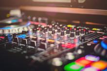 Console Di Un DJ Che Suona In Un Locale Notturno