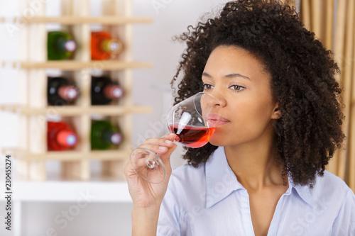 Photo beautiful wine tasting tourist woman