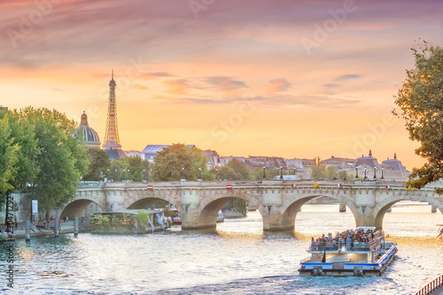 Poster Centraal Europa Sunset view of Paris skyline with Eiffel tower