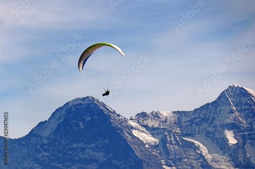 Paragliding vor Eigernordwand, Alpen, Schweiz