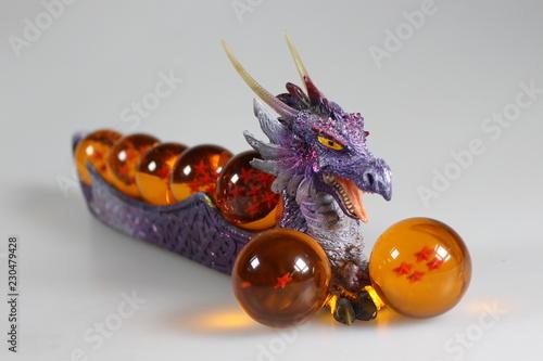 Valokuva  bodegón de bolas del dragón con tonos morados, rojos y amarillos.