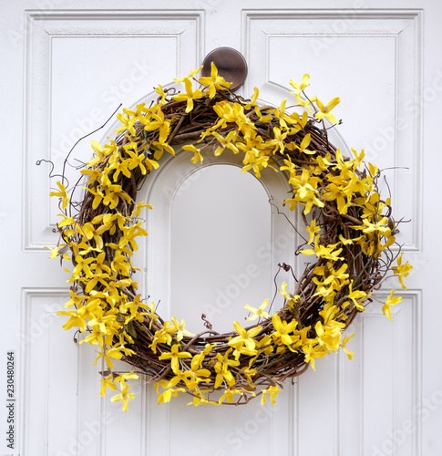 Stampa su Tela Yellow forsythia wreath on white front door.
