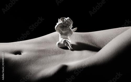 Zdjęcie XXL Naga dziewczyna, nagie ciało. Higiena intymna. Piękny brzuch, brzuch. Seksowna dziewczyna. Seksowne kształty ciała. Nude femele. Zmysłowa kobieta. Seksowna kobieta. BDSM. Czarny i biały.