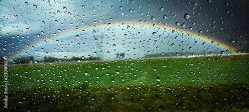 Tęcza w kroplach deszczu