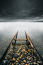 Rails En Métal Rouillés Entrant Dans L'eau