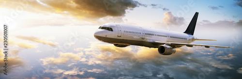Foto Flugzeug fliegt in den Sonnenuntergang