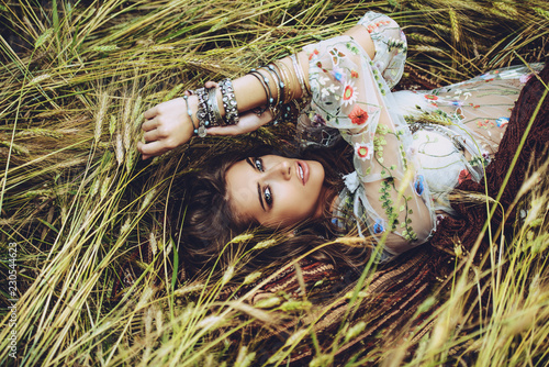 In de dag Gypsy lying on grass in field
