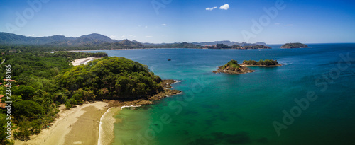 Photo Aerial drone photo of the Pacific Ocean meeting the beaches & rainforest Costa R